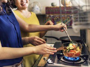 料理をする女性2人